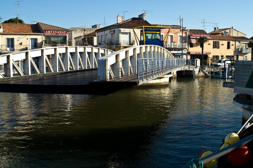 Die Drehbrücke, die den Zugang zum neuen Fischereihafen ermöglicht, ist immer wieder ein besonderer Anziehungspunkt.